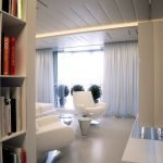 Белые кресла в гостиной