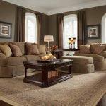 Столик с лампой у дивана