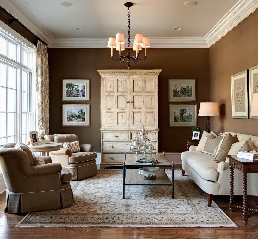 Светлая мебель в коричневой гостиной