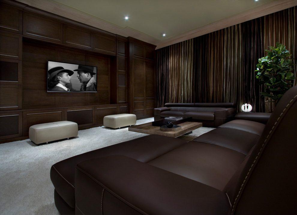 Текстиль в коричневой гостиной