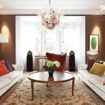 Белые диваны в коричневой гостиной