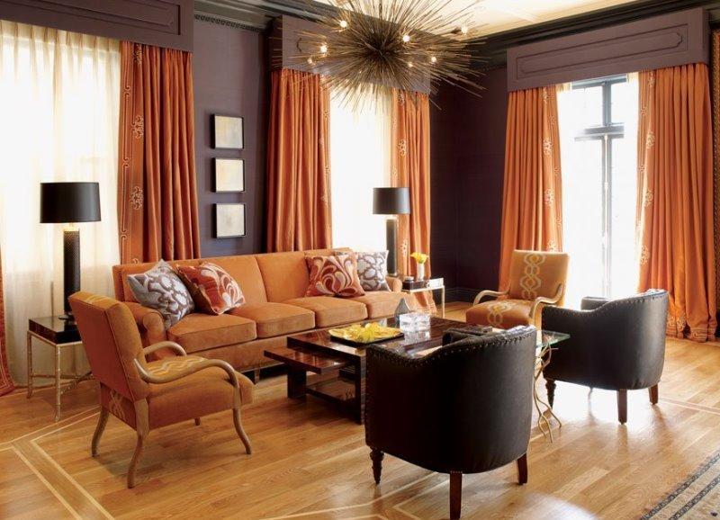 Яркие акценты в коричневой гостиной