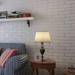 Полка на стене над диваном