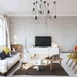 Картины на полу в гостиной