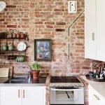 Картинка на стене в рабочей зоне на кухне