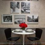 Белый столик и стулья у стены