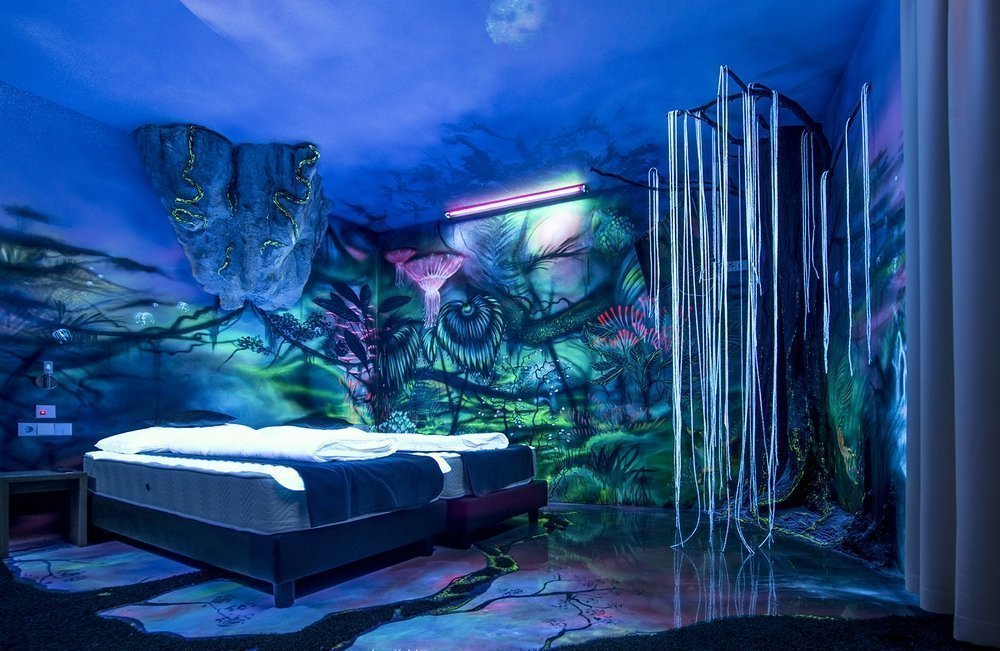 Роспись флуоресцентными красками стен в интерьере