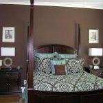 Мебель из темного дерева в спальне