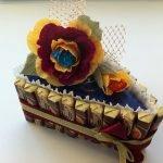 Кусок торта с цветком