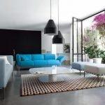 Голубой диван в гостиной
