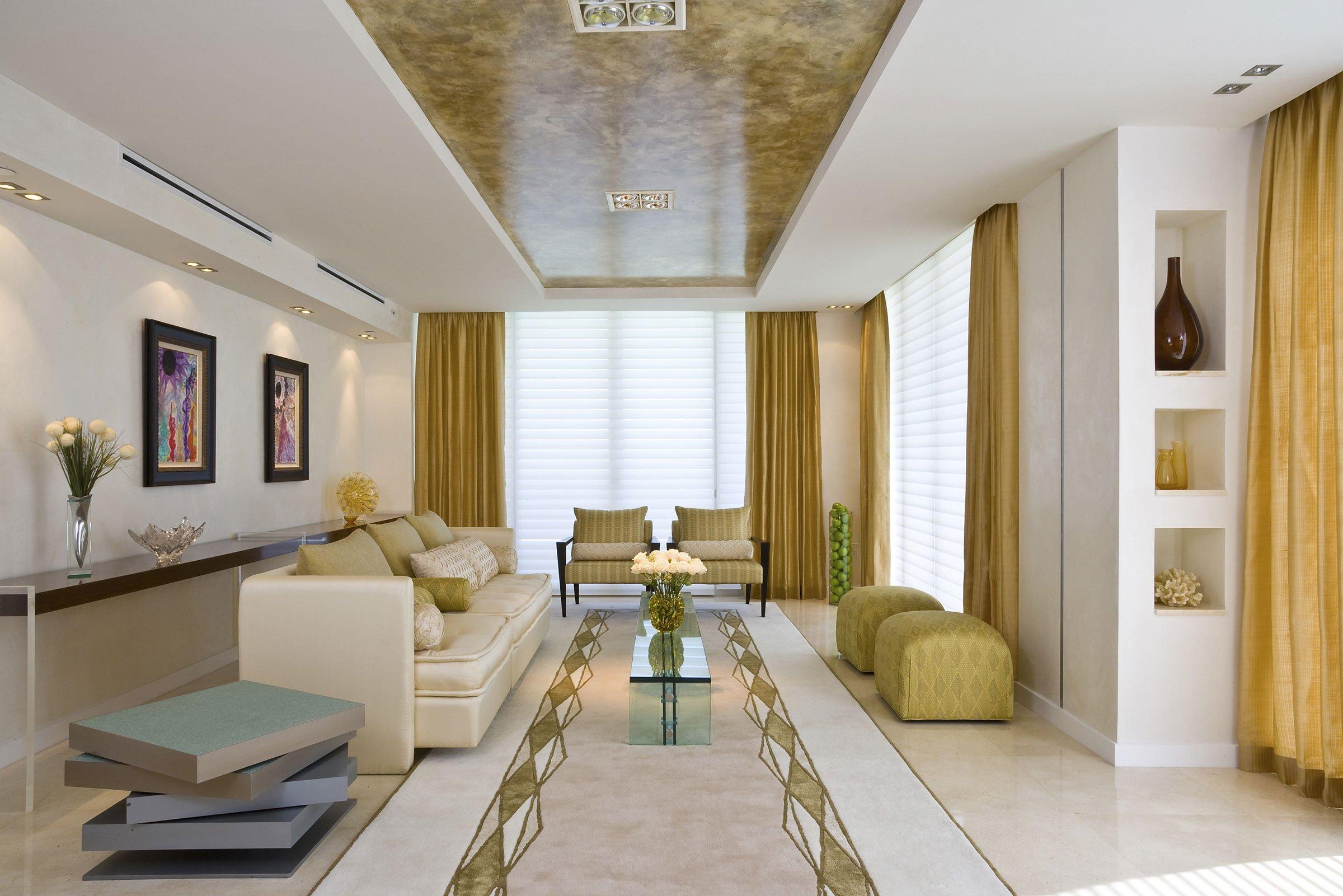 Сочетание золота с белым в интерьере гостиной