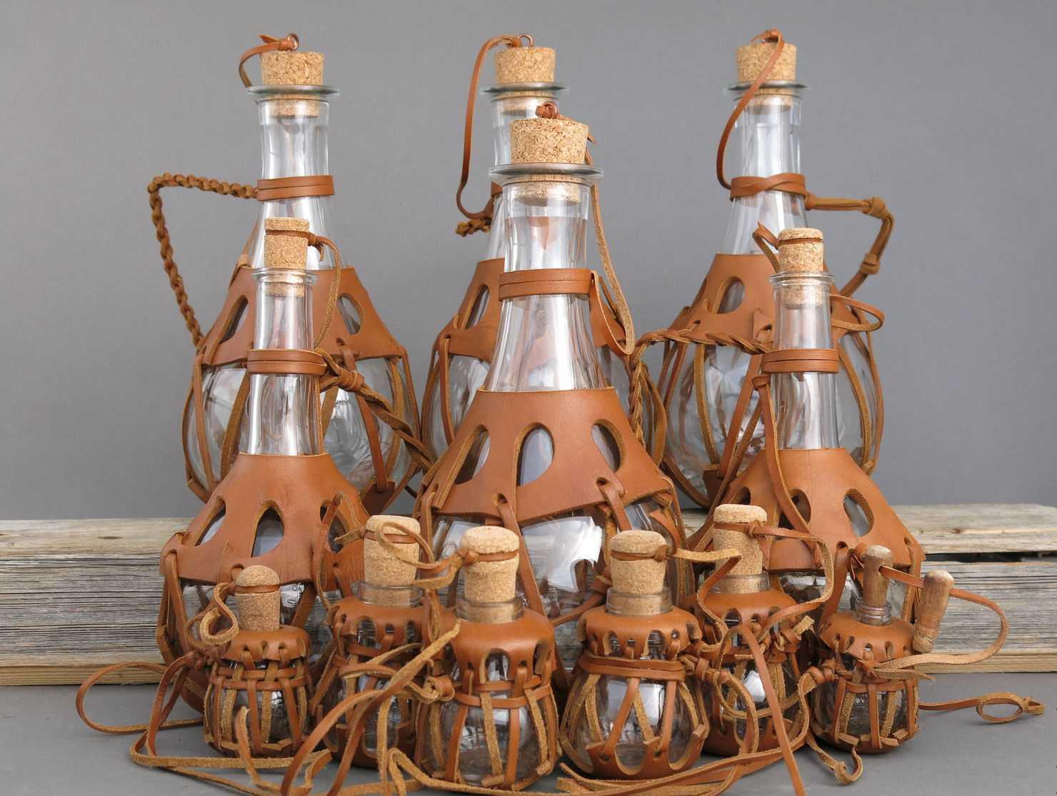 Бутылки в кожаных оправах