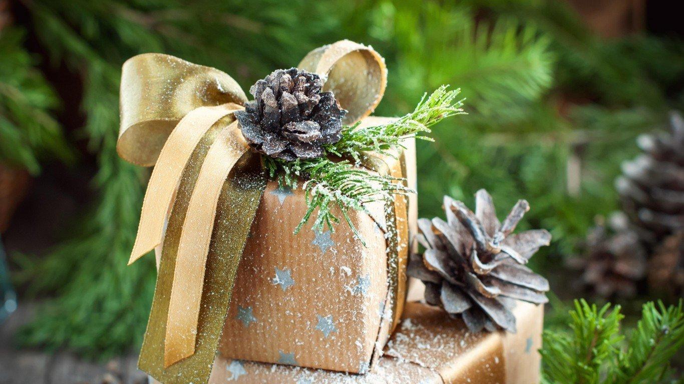 Декор подарка шишками