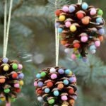 Шишки с яркими шариками