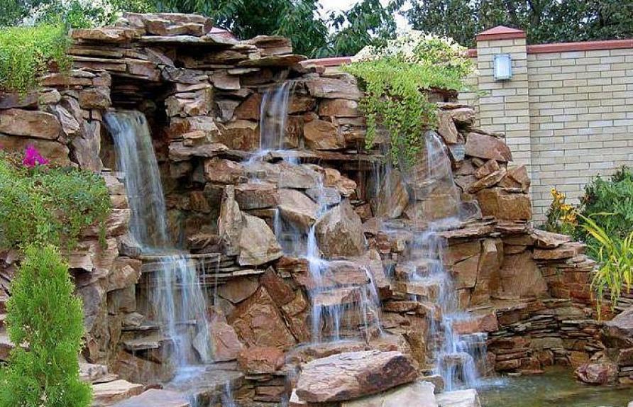 Декоративный водопад у забора