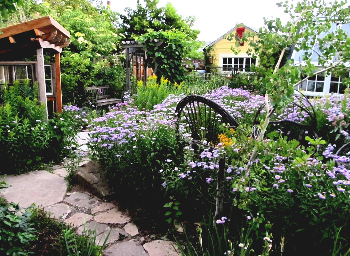 Сад и огород на участке в деревенском стиле