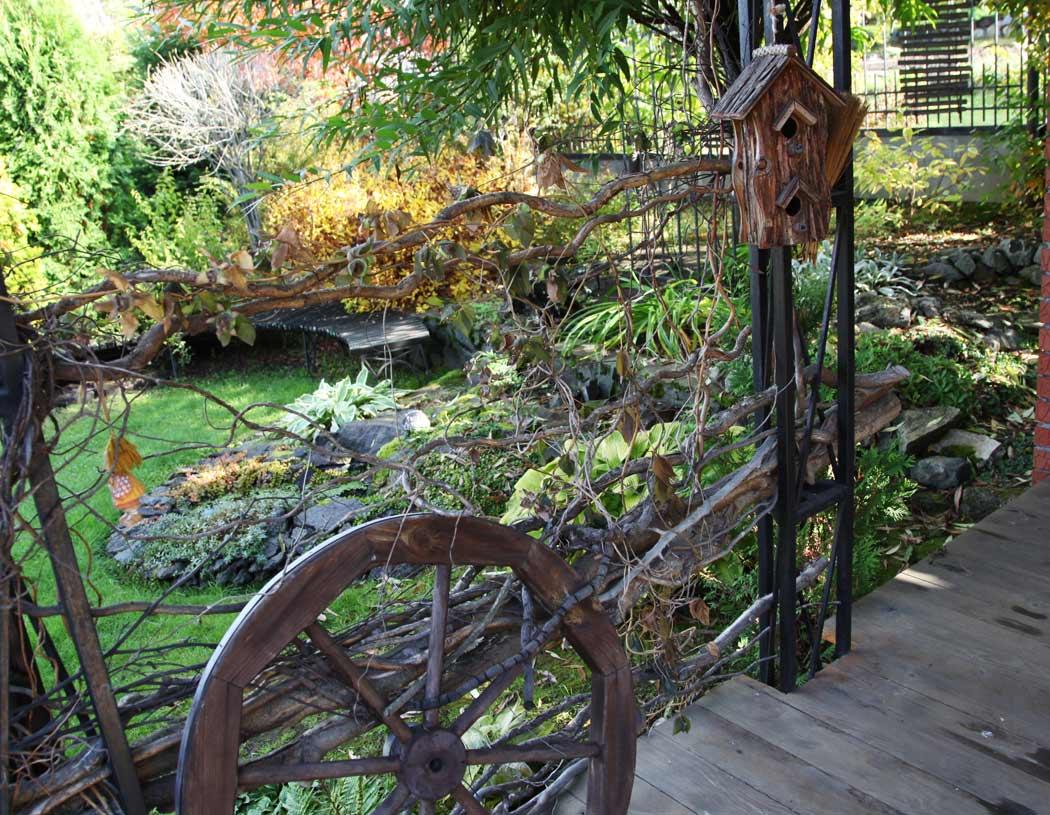Колесо от телеги у ограды