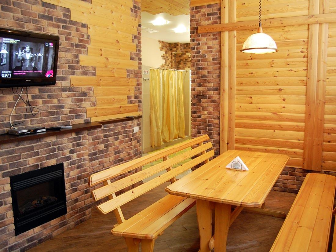 Интерьер комнаты отдыха в бане в светлых тонах