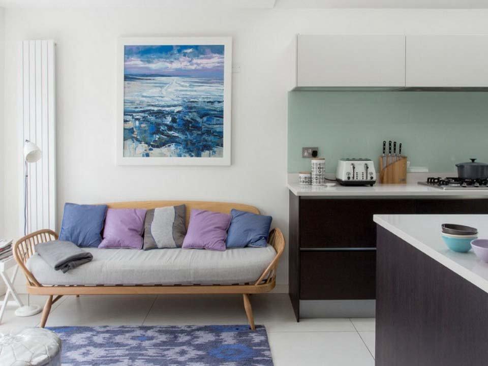 Стильный диван в кухне