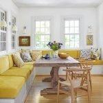 Длинный желтый диван