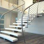 Современная лестница в интерьере частного дома