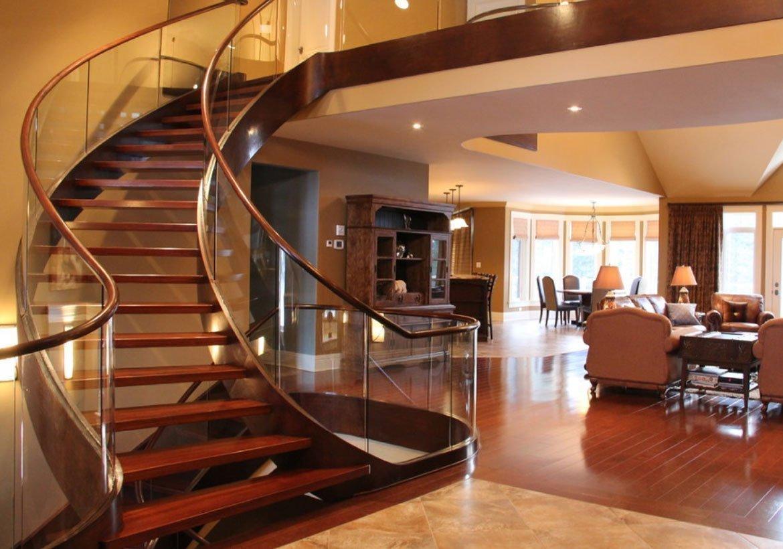 Широкая лестница в коттедже
