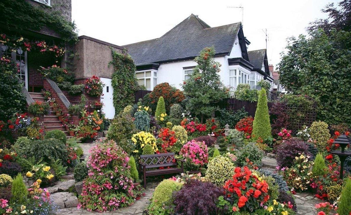 Палисадник перед домом в романтическом стиле