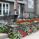 Цветы вокруг открытой террасы