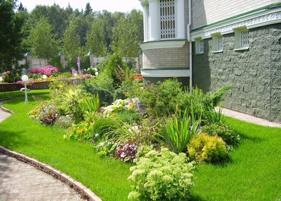 как оформить газон перед домом фото высококачественные фотообои