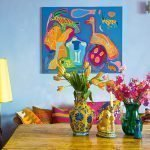 Лампа с желтым абажуром у дивана