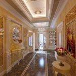 Столик и зеркало в коридоре