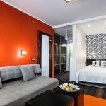 Сочетание серого дивана и красной стены
