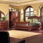 Спальня с мебелью из дерева