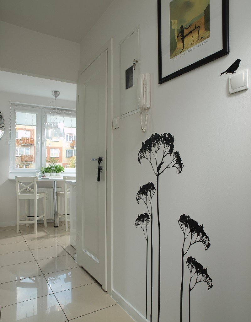 Декор фотографиями на стенах коридора