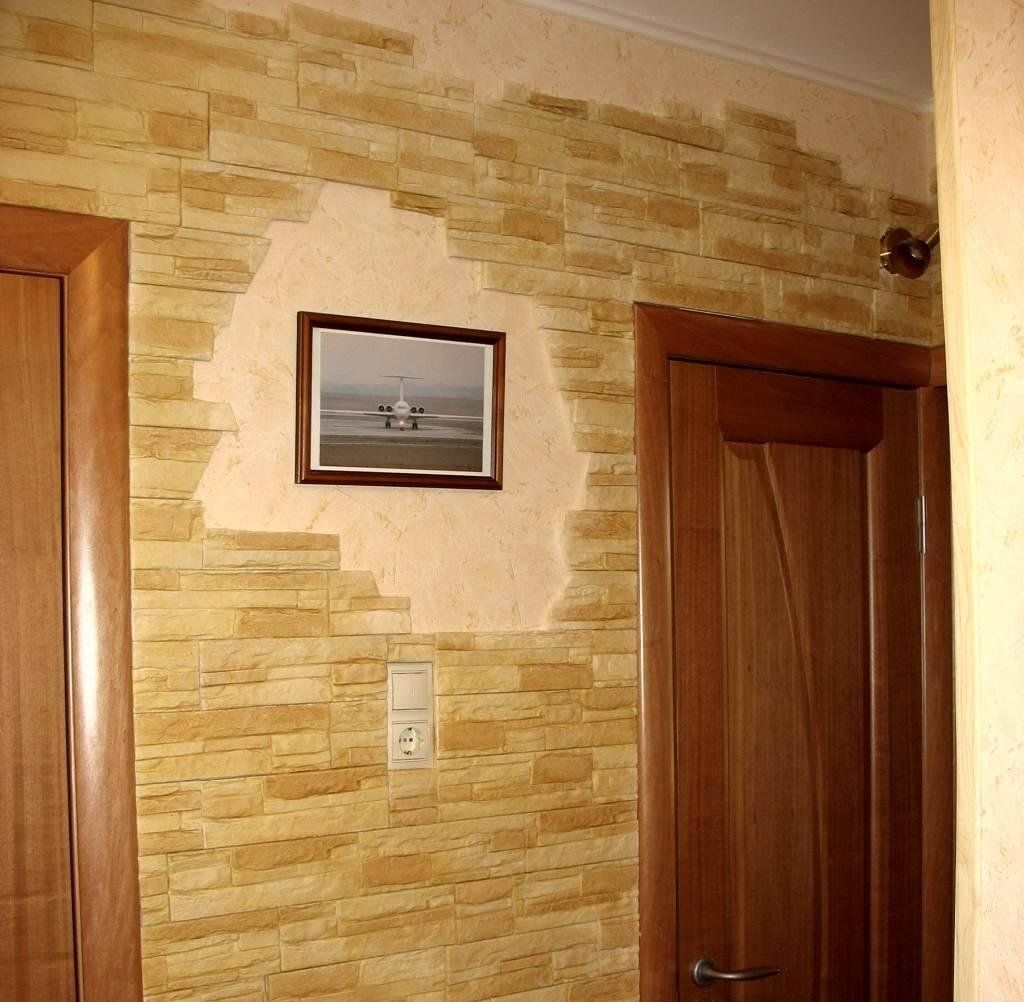 Картина между дверями
