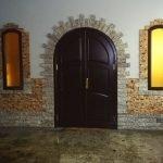 Двухцветная плитка под камень на стене
