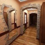 Зеркало на стене в коридоре
