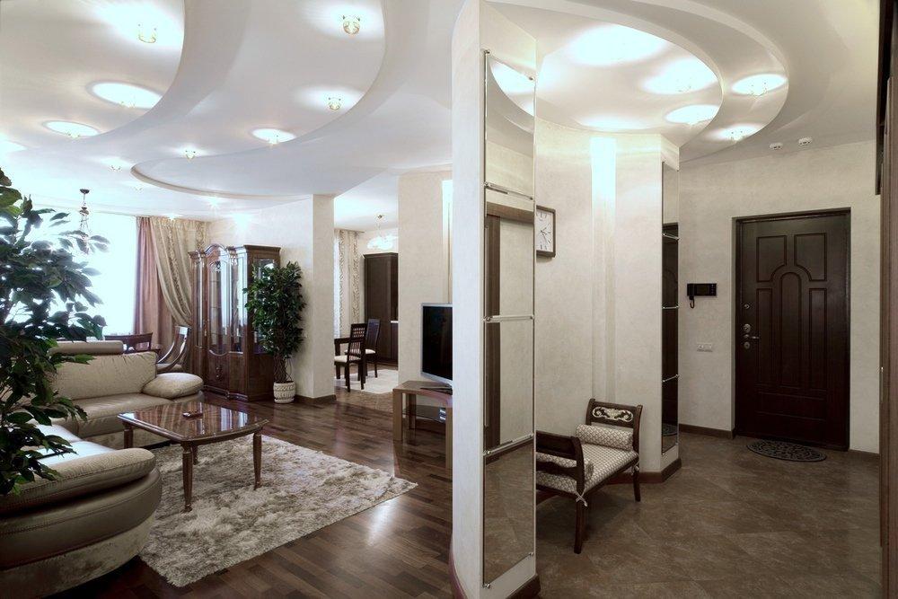 Светлые стены в гостиной-прихожей