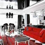 Красный диван в черно-белом интерьере