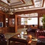 Кожаные кресла и диван в гостиной