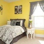 Серые шторы в желтом интерьере
