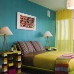 Яркие тумбочки у кровати