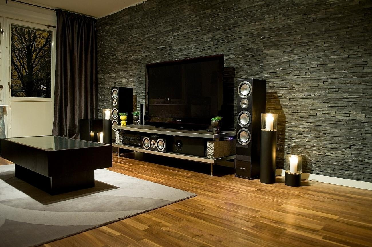 Телевизор и акустика у стены