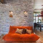 Интерьер с оранжевым диваном