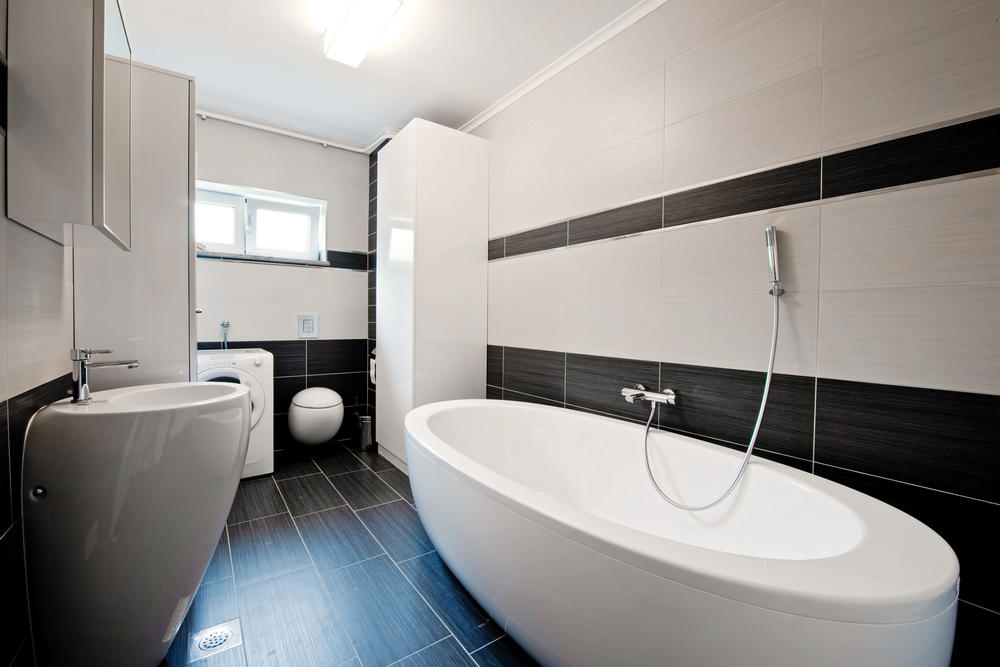 Интерьер ванной с горизонтальной плиткой