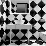 Черно-белые квадраты на полу и стенах