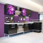 Сиренево-черная кухня с цветочным декором
