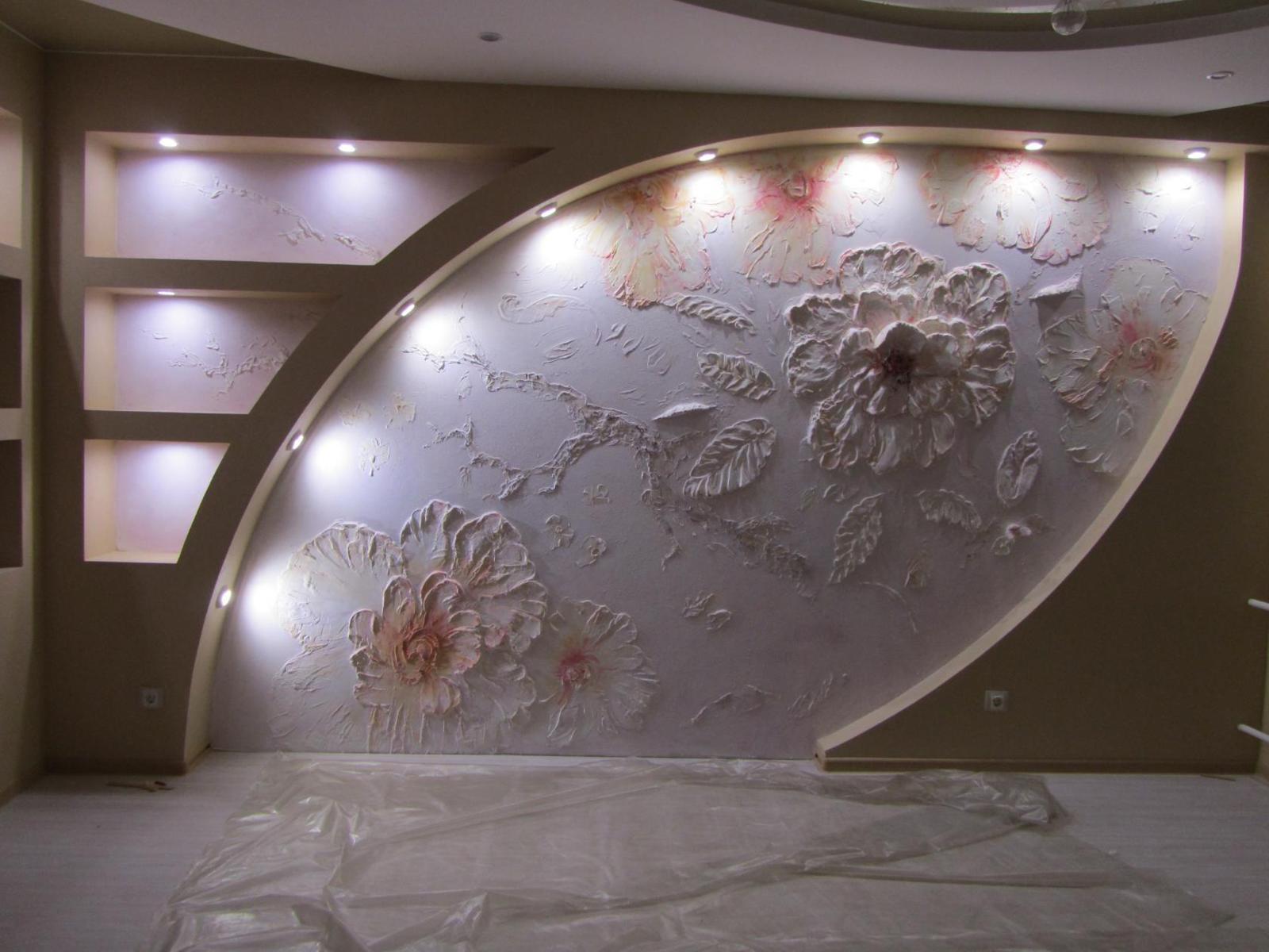 Ниша с подсветкой, декорированная цветочной композицией