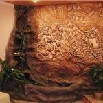 Комната в коричневых тонах с барельефом