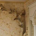 Барельеф в интерьере комнаты в классическом стиле